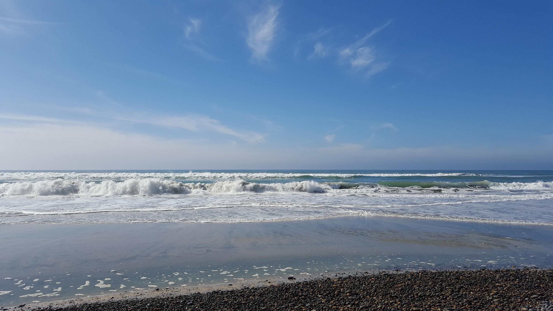 La plage est moitié sable, moitié galets bien ronds