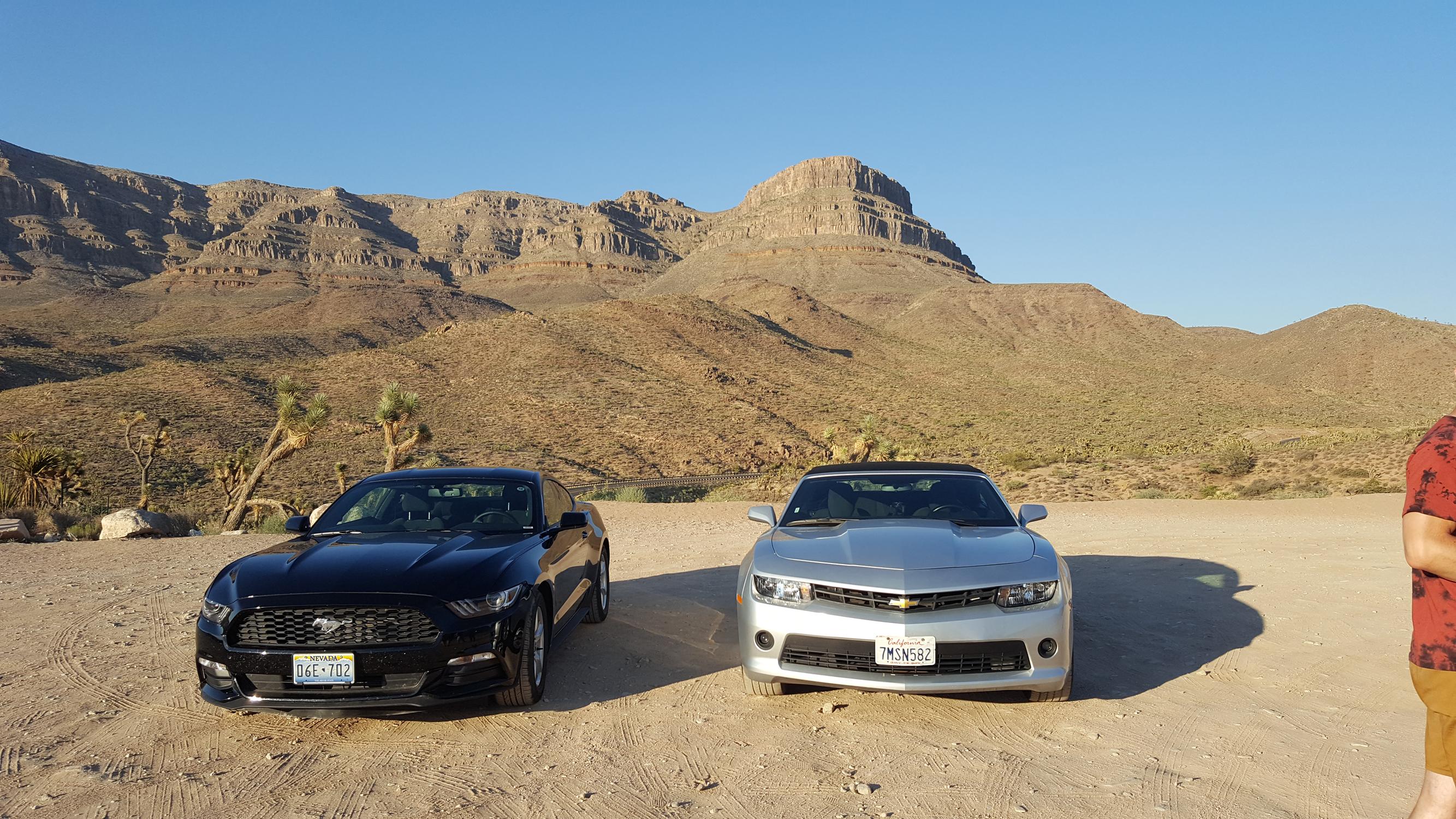 À droite notre voiture (Chevrolet Camaro grise), à gauche celle de Jean-Gui (Ford Mustang noire ou bleue marine)
